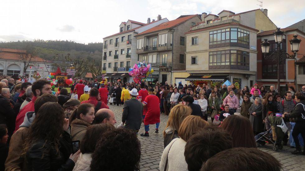 Vistoso desfile de carnaval en Padrón