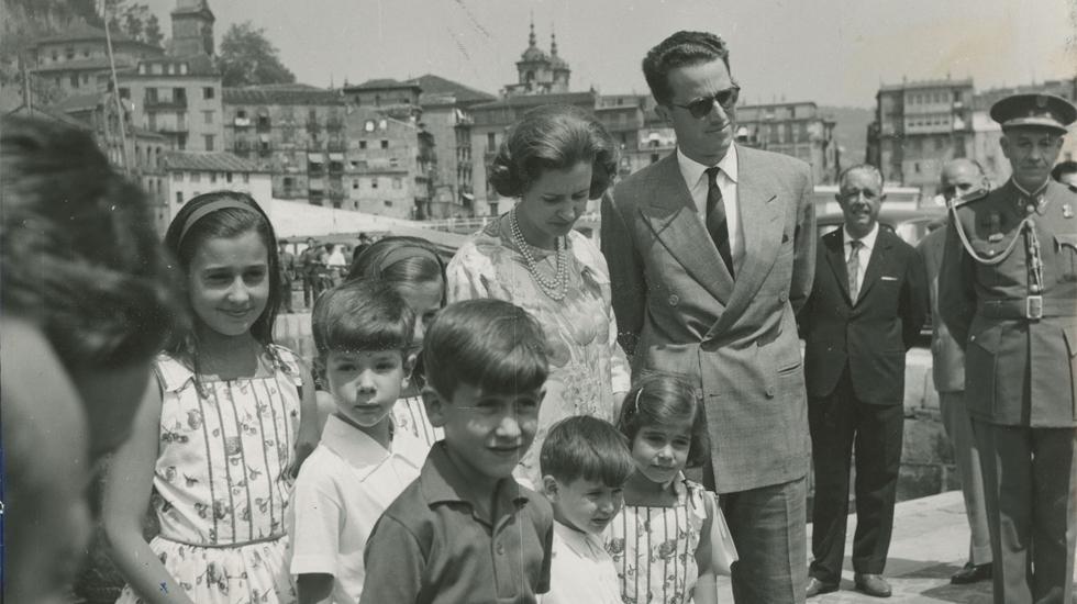 La reina Fabiola de Bélgica durante su visita a España, acompañada con los nietos de Franco