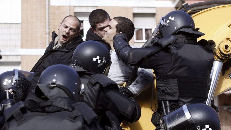 Once personas en total han sido detenidas por tratar de frenar el desalojo.