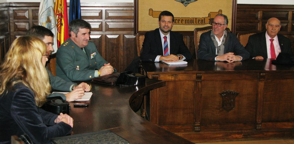 Políticos, responsables de la seguridad y un empresario abordaron la situación en Negreira.