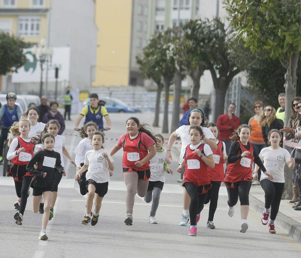 Los más de 200 participantes que tomaron parte en la carrera organizada por el colegio Martínez Otero compitieron repartidos por categorías.
