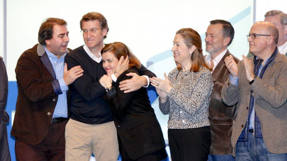 Feijoo abraza a Soraya Sáenz de Santamaría