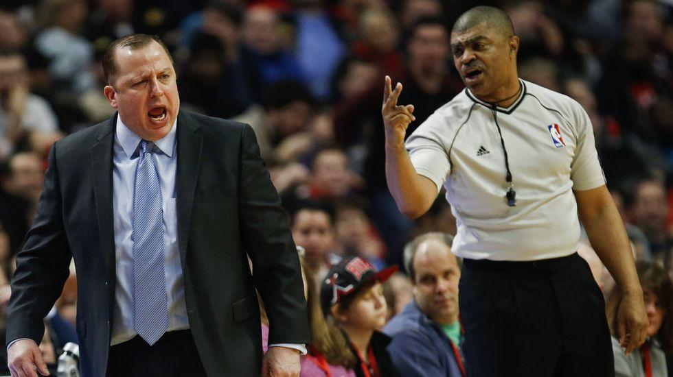 Un árbitro discute con el entrenador de los Bulls, Tom Thibodeau