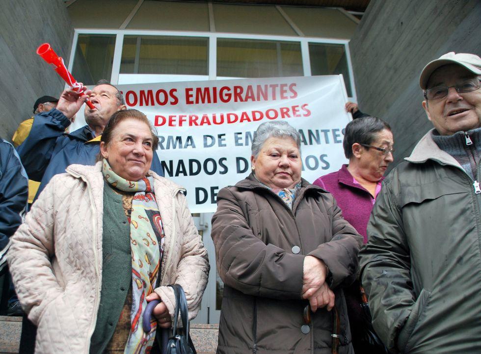 Protesta de emigrantes contra las sanciones frente a la administración de Hacienda en Monforte