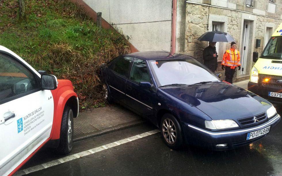 En Cuntis, el coche impactó contra una casa.