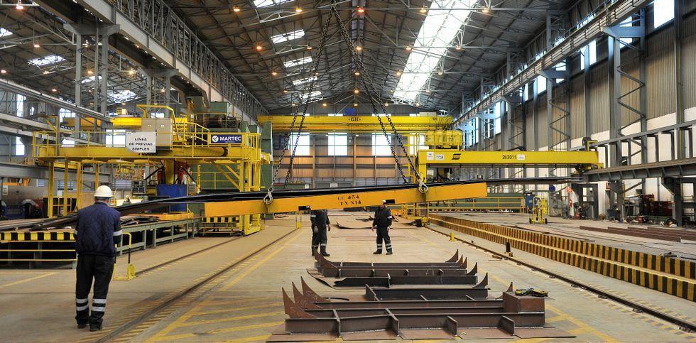 Parte de la plantilla directa, en el taller nuevo de bloques curvos, auxiliar del viejo y más grande.