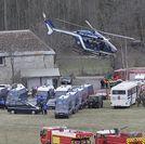 Un helic�ptero despega de la base de los equipos de rescate, emplazada en la localidad de Seyne-les-Alpes.