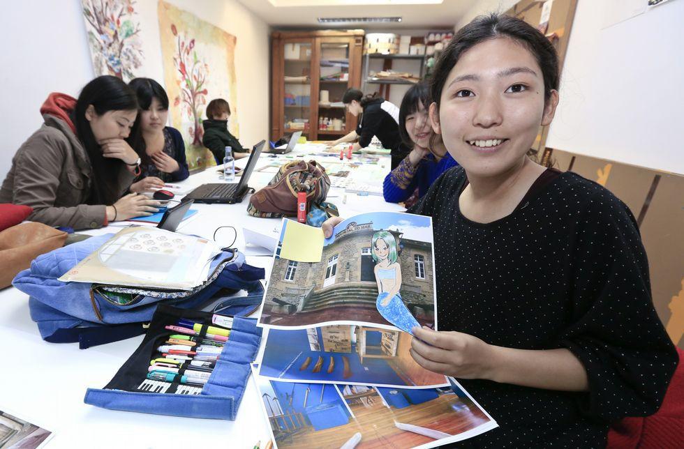 Ayaka Kobayashi, que estudia Filología, ayer en Lugo con la sirena «manga» para el Museo do Mar.