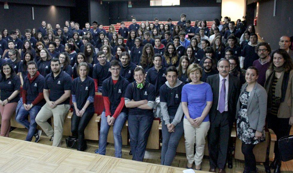 Estudiantes de bachillerato de San Cibrao, Xove, Burela, Mondoñedo y Rábade ayer en el seminario promovido por Alcoa.