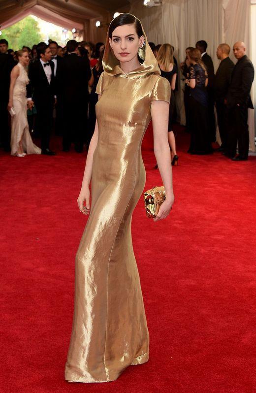 Anne Hathaway con un Ralph Lauren dorado y con capucha