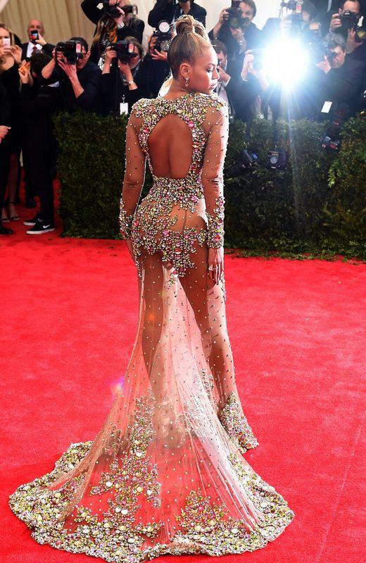 Beyoncé con un vestido de Givenchy con muchas transparencias.