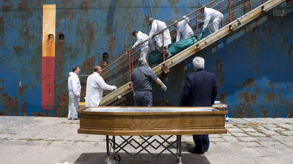 Desembarco en Catania de unos de los cadáveres rescatados.