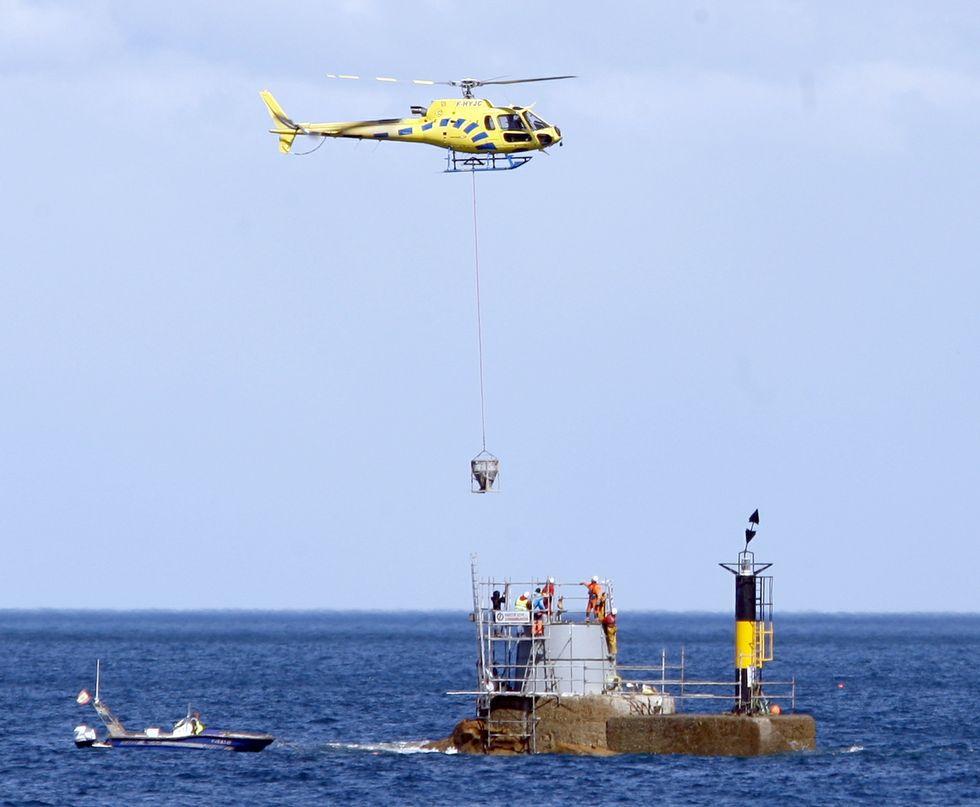 Un helic ptero traslada los moldes y el hormig n para - Helicoptero para hormigon ...