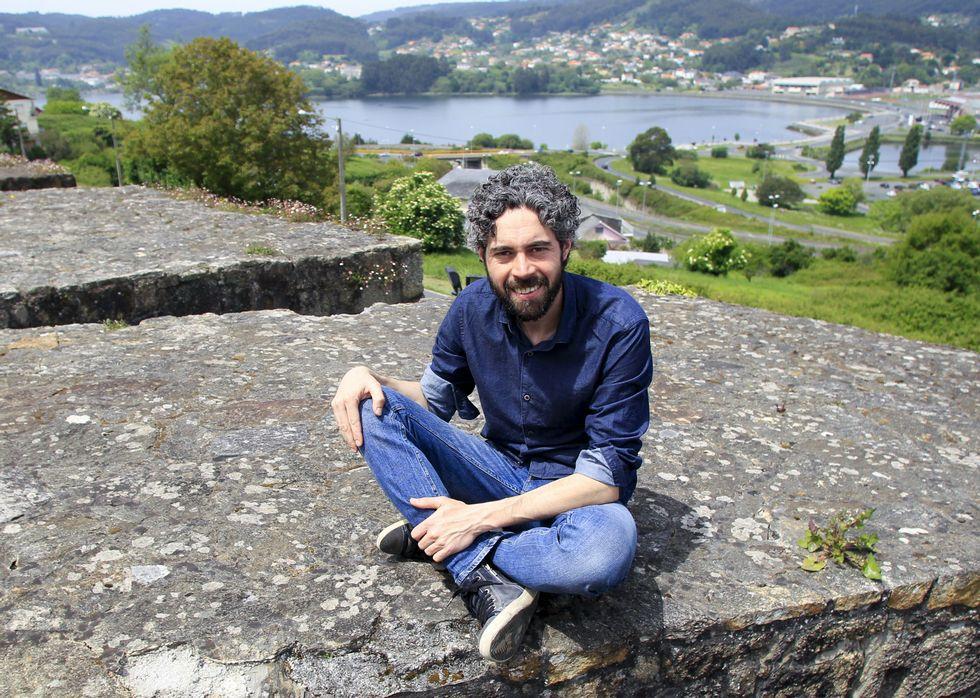 Iván Rivas no baluarte de Canido, o barrio onde vive, e coa ría que defende ao fondo.