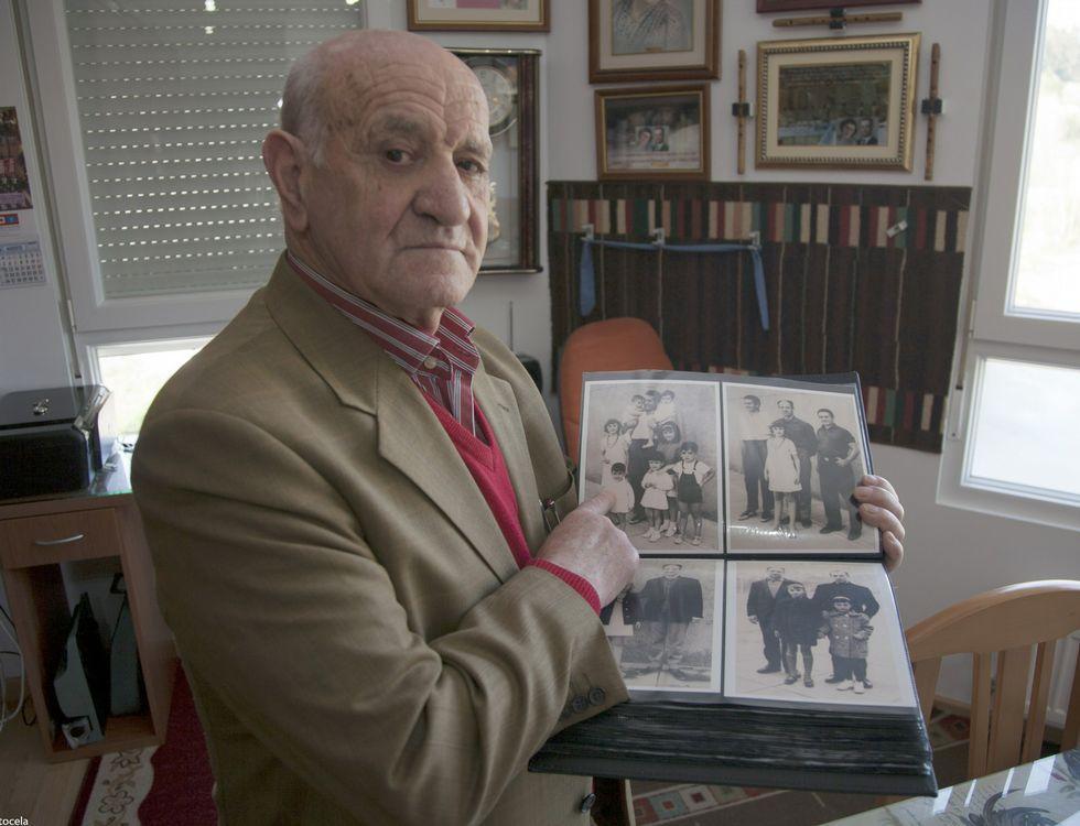 Manuel García Valle, en su domicilio en A Pontenova, repleto de recuerdos de su vida.