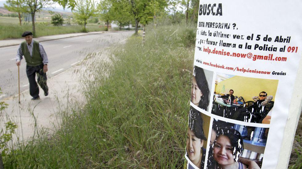 En la imagen inferior, uno de los carteles de búsqueda de la mujer estadounidense desaparecida, colocado por su hermano a la salida de Astorga.