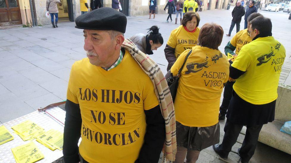 Concentración en defensa de la custodia compartida organizada por la asociación galega de nais e pais separados