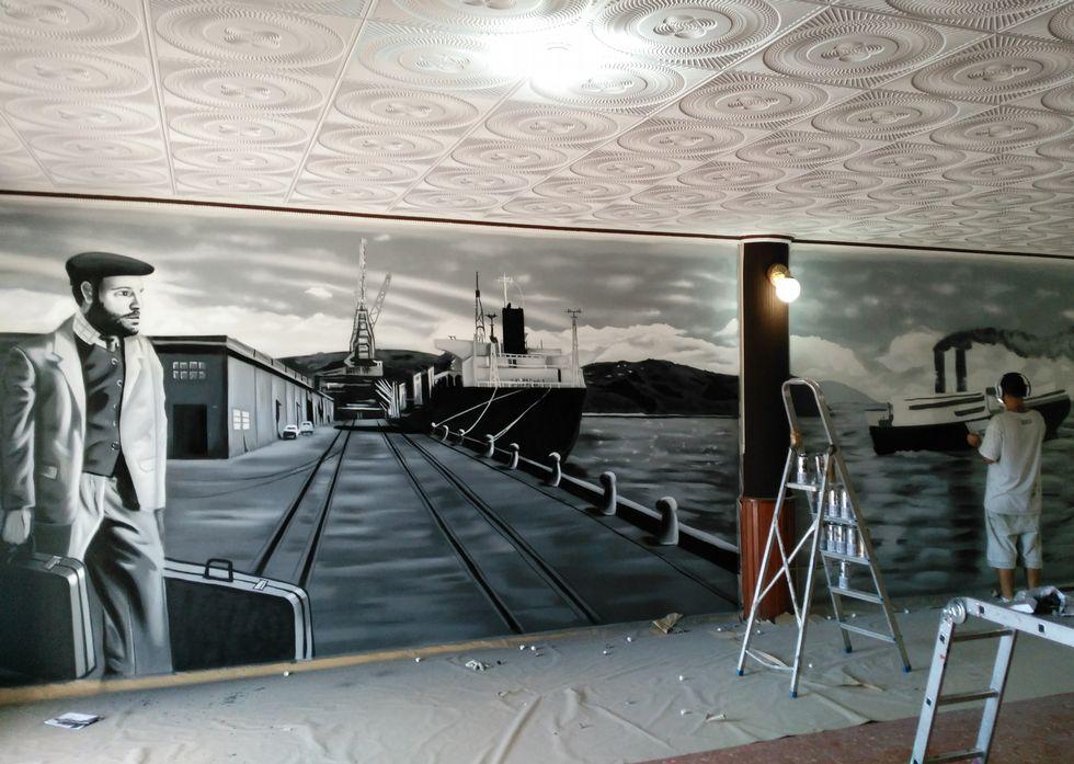 El ourensano mientras realizaba el mural en el restaurante de Loimil.