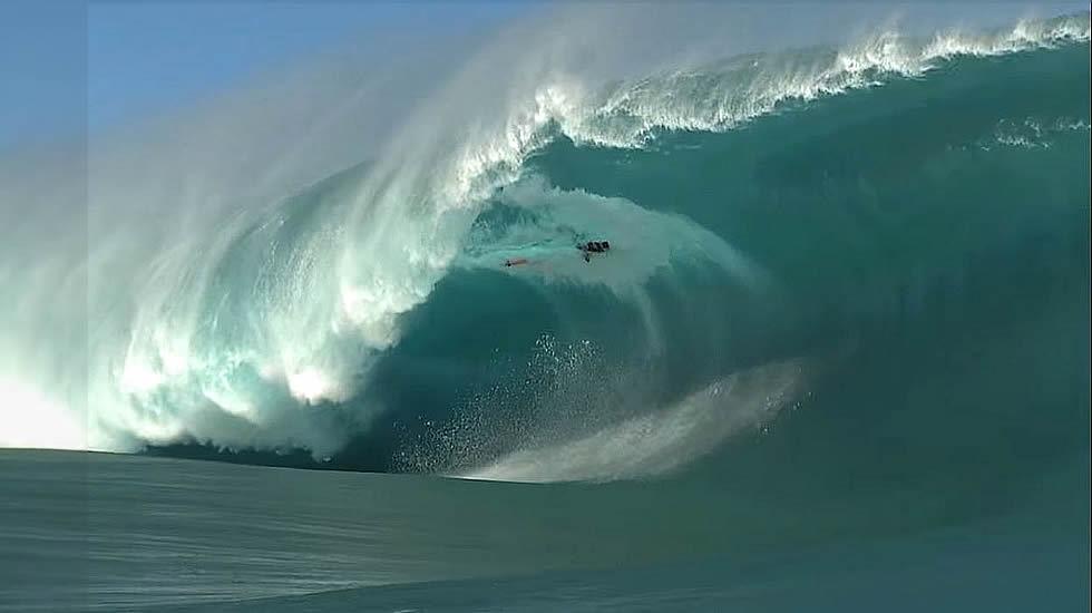 Sale ileso tras engullido por una ola monstruosa enTahití