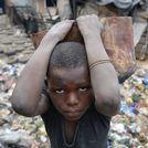 Un ni�o, durante su jornada de trabajo en una forja de Abidjan, Costa de Marfil
