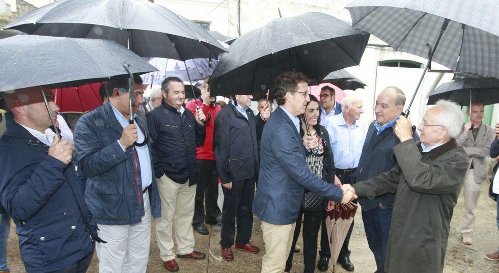 Un centenar de vecinos de Mondoñedo se sumaron al paseo desde A Ponte do Pasatempo.