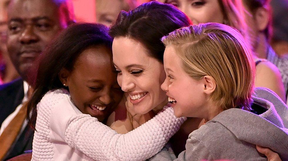 Angelina Jolie junto con sus hijos Zahara (a la izquierda) y Shiloh Nouvel (a la derecha) después de ganar un premio por su papel en «Maléfica»