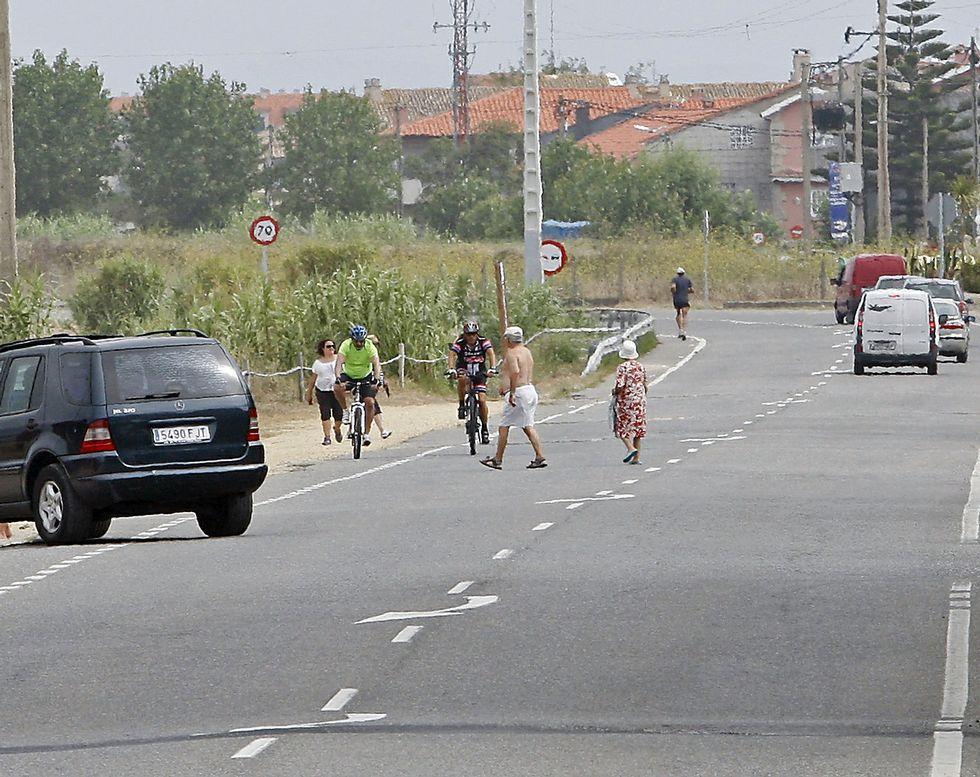 Vecinos y turistas alertan desde hace años de la inseguridad vial en la PO-308 en A Lanzada.