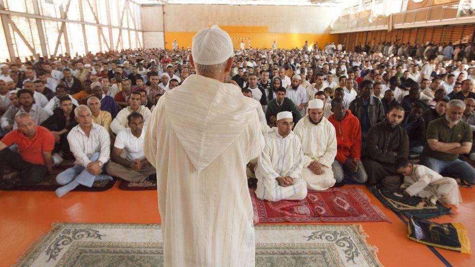 Un imán se dirige a cientos de musulmanes residentes en Vitoria durante el rito de comienzo del Eid-al-Fitr.