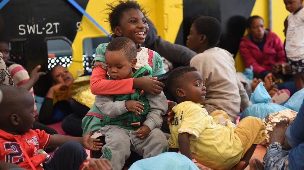 MUNA (Segunda por la derecha). Inmigrante somalí junto sus compañeros de viaje después de ser rescatados.