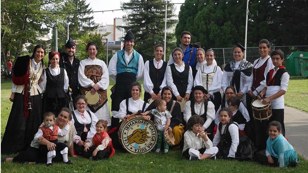 Parte de los miembros de la Irmandade Galega na Suiza, ataviados con el típico traje gallego de baile