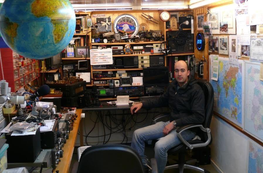 El secretario del club, en la estación del vicepresidente de la Unión de Radioaficionados Españoles de Vigo.