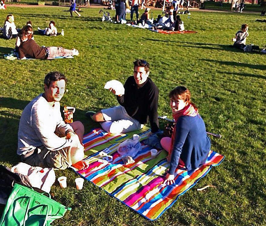 Roge (centro) y Lara (derecha) se marcharon a Londres en el 2012, donde aún residen.