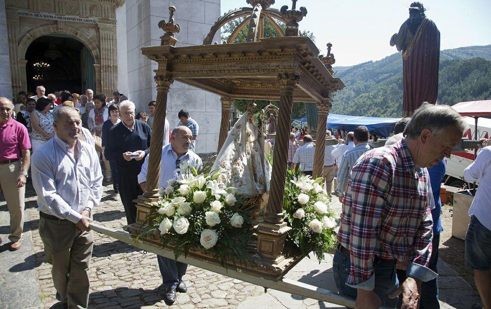 Tras un año sin hacerlo, los devotos volvieron a sacar ayer a Nosa Señora en procesión.