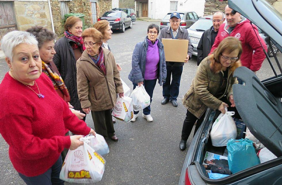 Colaboración de Cáritas. El BNG aboga por la presencia de Cáritas en una comisión local de trabajo que coordine la ayuda a los refugiados. En la foto, entrega de alimentos a esa organización.
