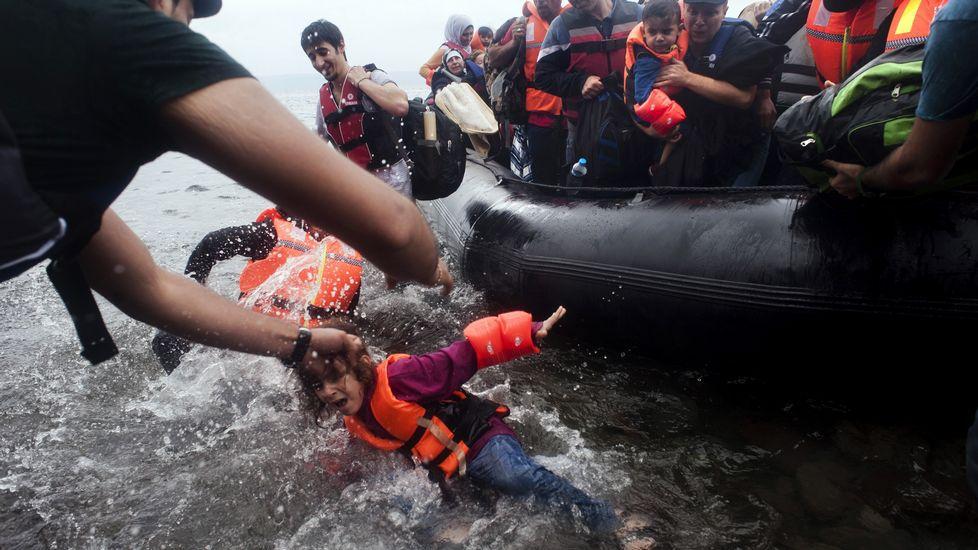 El éxodo de los sirios no se detiene. Más de dos mil personas, procedentes en su mayor parte de Siria, desembarcaron ayer en la isla de Lesbos.