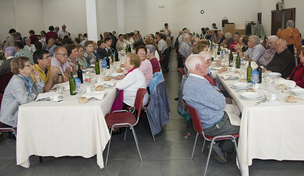 La comida fue servida por A Palloza, en el local de asociaciones de A Pontenova .