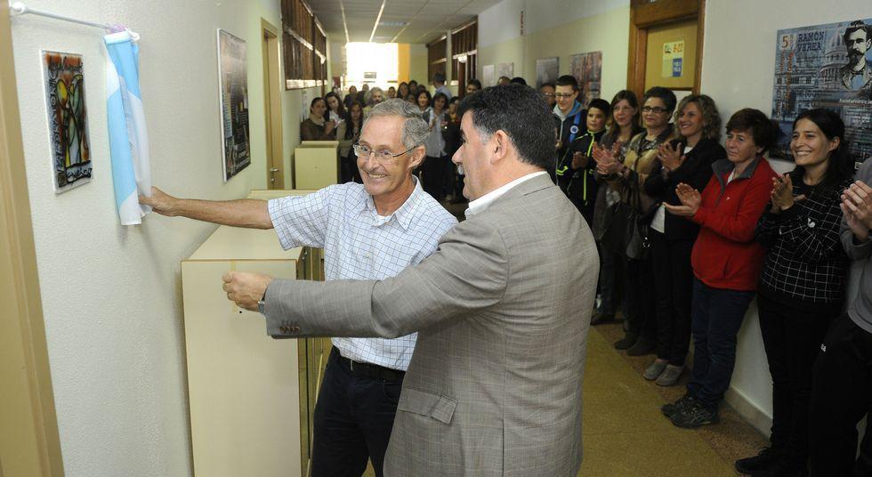 El director del IES, Uxío Grande, con Ángel Carracedo en el descubrimiento de la placa.