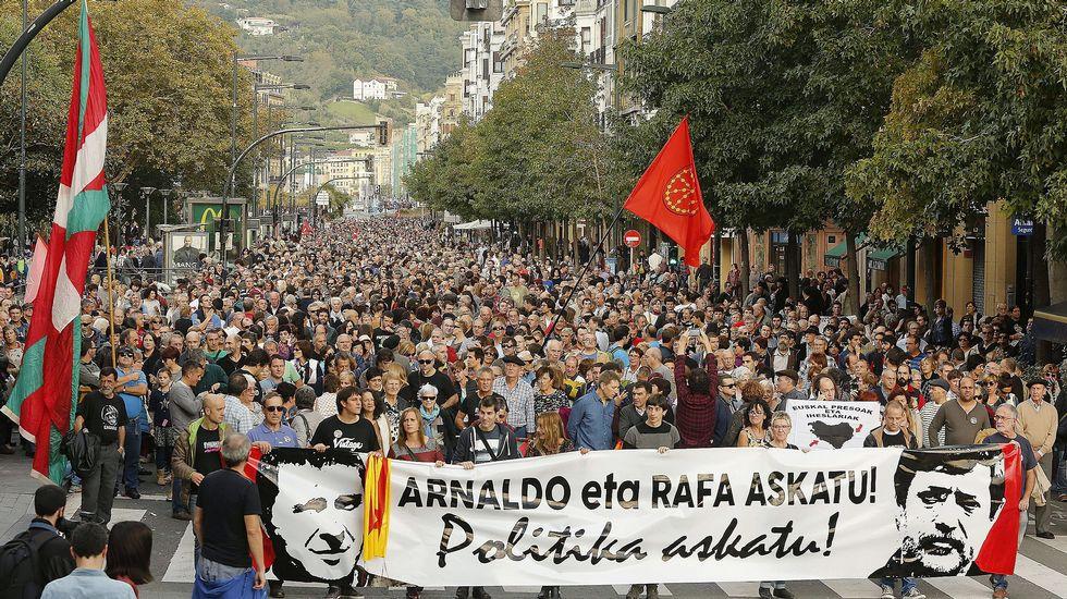 Miles de personas piden en San Sebastián la libertad de Otegi y  Usabiaga.  Formaciones que integran EH Bildu, BNG, ERC y la CUP, y varios miembros de Podemos, participan en el multitudinario acto Efe_20151017_175218195