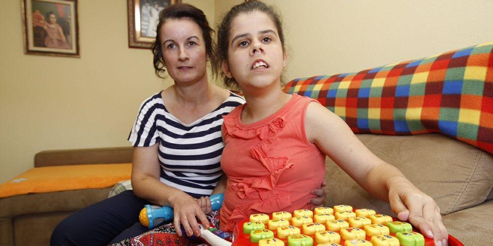 Sofía, la joven que sufre trisomía 14 proximal, con su madre.
