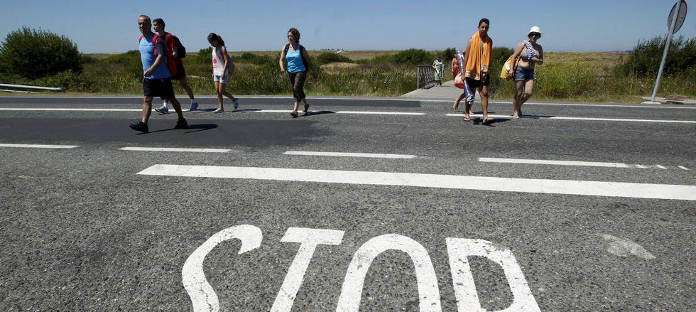 Turistas y vecinos, que transitan constantemente por la PO-308, se quejan de la falta de medidas de seguridad en la carretera.