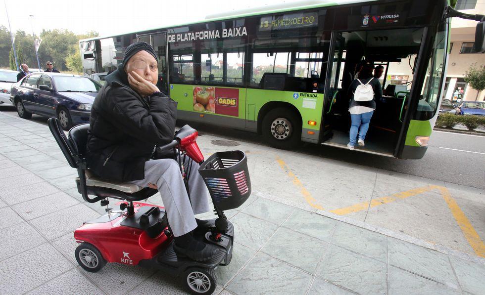 Nieves Álvarez, ayer en una de las paradas del bus en la calle Teixugueiras de Navia, a la que acudió con la esperanza de poder subir.