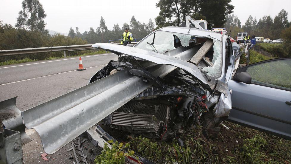 Un quitamiedos parte en dos un vehículo en Caldas
