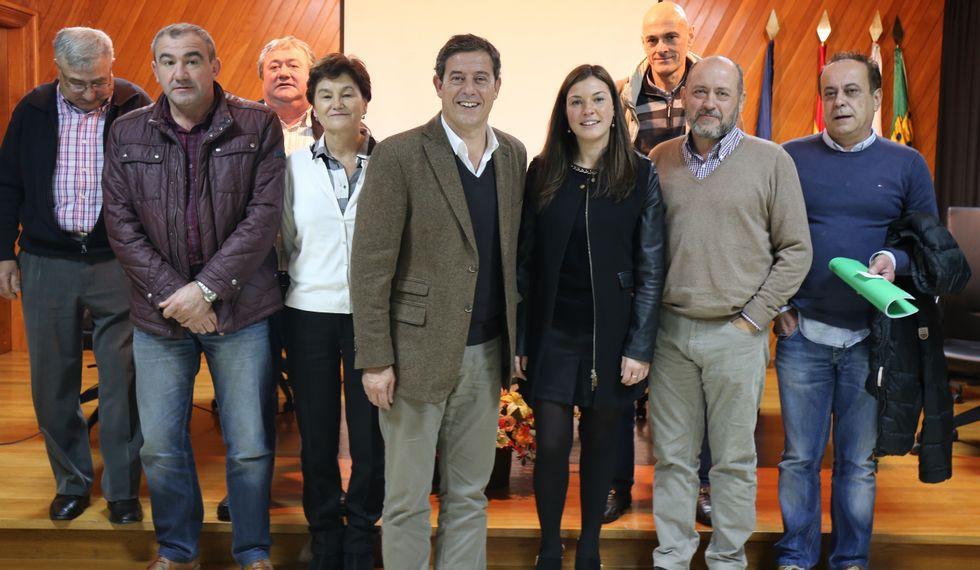 Besteiro, en el centro, en la reunión que mantuvo ayer en Trabada.