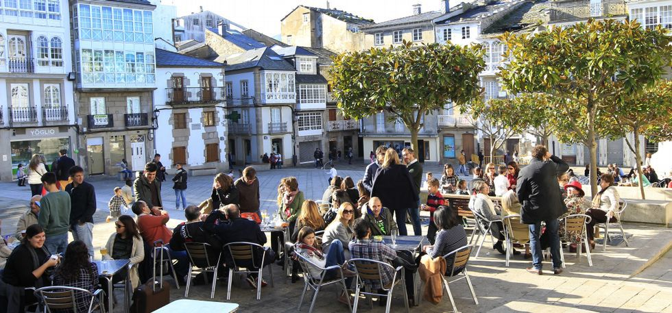 El buen tiempo llenó ayer las terrazas hosteleras, como estas, de la plaza Maior, en Viveiro.