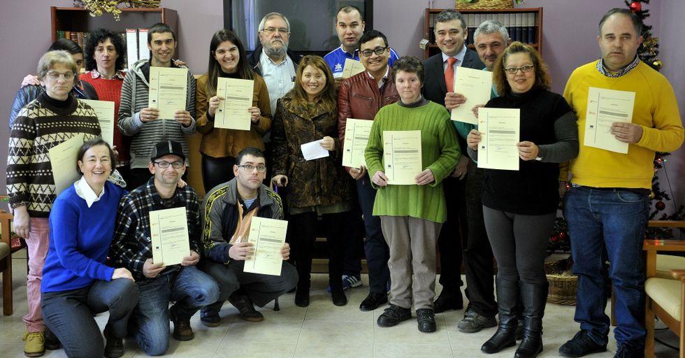 Los asistentes al último curso, el viernes con sus diplomas.