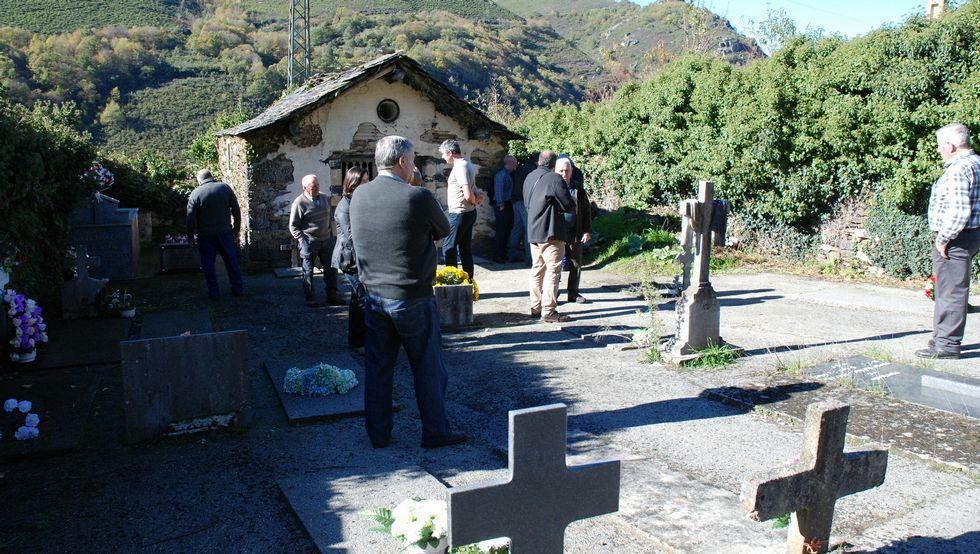 Los vecinos supervisaron los trabajos en el cementerio.