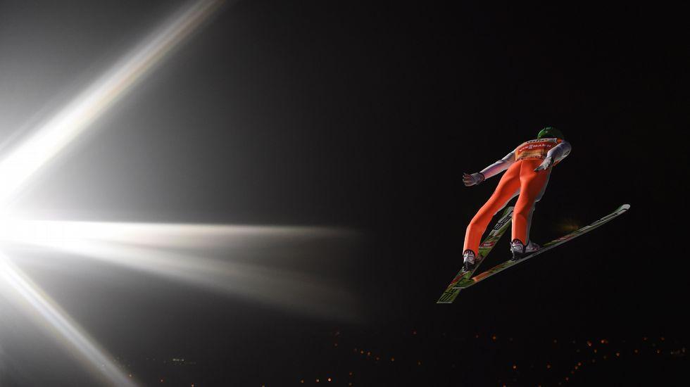 El eslovento Peter Prevc vuela por los aires durantela competición de  saltos de esquí en Oberstdorf