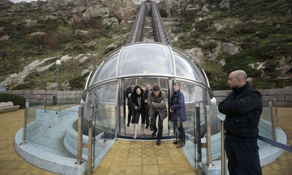 Visitantes saliendo del elevador de San Pedro, conocido popularmente como la «arielita» .