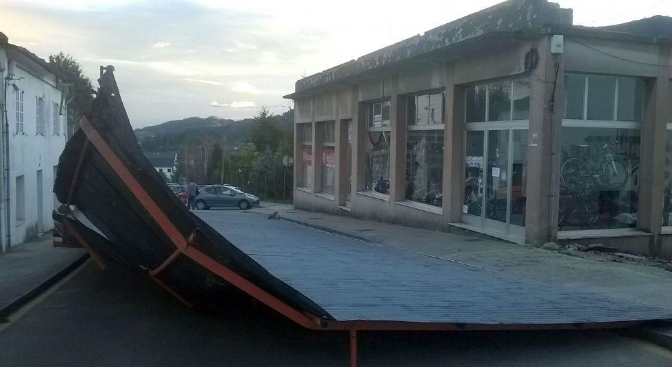 Un gran susto en Mondoñedo. Tal cual lo ven quedó el tejado de un edificio situado en la calle Julia Pardo; unos 140 metros de chapa que acabaron en la calle y, por suerte, sin dañar a nadie. La alcaldesa anuncia que durante el día de hoy prevén empezar a retirar esa infraestructura de la vía pública.