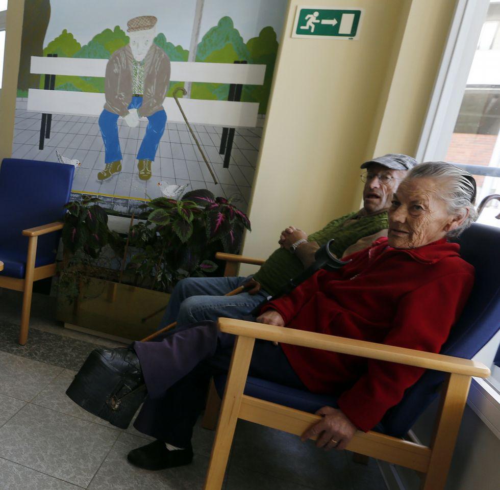 Dos usuarios del geriátrico de Burela, en una imagen tomada días atrás.